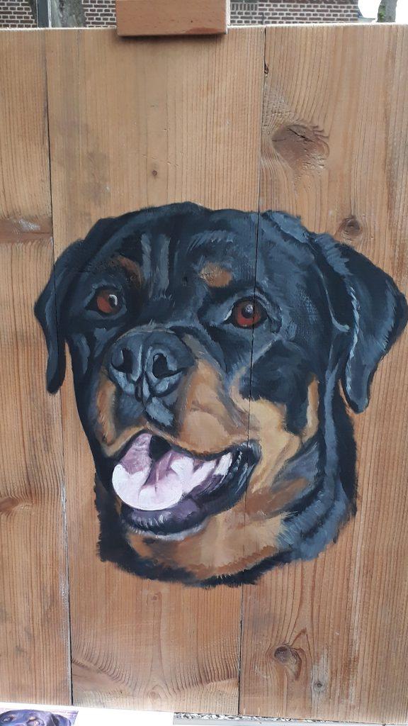 Schilderij op hout, hond schilderij, hond op hout, rotweiler, jmillustraties, jeroen middelkamp, schilderij voor buiten, buitenschilderij, eigen hond, acrylverf